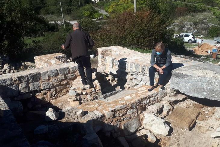 U Zavali kod Ravnog pronađena reljefna oltarska pregrada iz IX veka (BiH)
